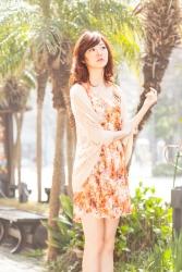 這是『梨己未』全身的照片,她是日籍成熟美女『時裝模特兒・平面廣告模特兒』,她的身高是171厘米,身材高挑,她穿著橙色連衣裙,她在樹下,她的身材十分俏麗。
