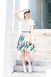 這是『梨己未』全身的照片,她是日籍成熟美女『時裝特兒・平面廣告模特兒』,她的身高是171厘米,身材高挑,她戴著帽子,穿著『白色T恤・混色裙子』,她的身材十分俏麗。