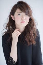 梨己未是日本成熟美女『服裝模特兒・平面廣告模特兒』,這是她工作時使用的照片,她的身高是171厘米,身材高挑,她的身材十分俏麗。