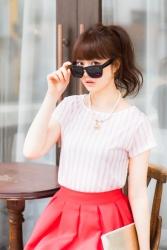 梨己未是日本成熟美女『服飾模特兒・平面廣告模特兒』,她穿著『白色短袖女襯衫・紅色裙子・太陽鏡』,她的身高是171厘米,身材高挑,她的身材十分俏麗。