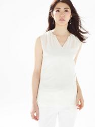 梨己未是日籍成熟美女『時裝模特兒・平面廣告模特兒』,她穿著『白襯衫・白褲子』,她的身高是171厘米,身材高挑,她的身材十分俏麗。
