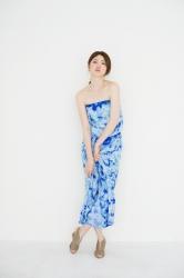 梨己未是日本成熟美女『服裝模特兒・平面廣告模特兒』,她身穿藍色連衣裙,她的身材十分俏麗。