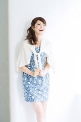 梨己未是日本成熟美女『時裝模特兒・平面廣告模特兒』,她的身高是171厘米,身材高挑,她穿著『白色開衫・藍色連衣裙』,她的身材十分俏麗。