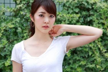 梨己未是日本成熟美女『時裝模特兒・平面廣告模特兒』,這張照片是從她面前拍的,她穿著白色短袖襯衫,她的身高是171厘米,身材高挑,她的身材十分俏麗。