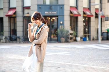 這是『梨己未』全身的照片,她是日籍成熟美女『時裝模特兒・平面廣告模特兒』,她的身高是171厘米,身材高挑,她穿著『米色外套・白色長褲』,身處時尚小鎮,她的身材十分俏麗。