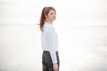 這是日本成熟美女『服裝模特兒・平面廣告模特兒』,她的名字叫做『梨己未』,背部被拍照,她的身高是171厘米,身材高挑,她的身材十分俏麗。