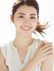 梨己未是日本成熟美女『時裝模特兒・平面廣告模特兒』,這張照片是從她面前拍的,她的身高是171厘米,身材高挑,她的身材十分俏麗。
