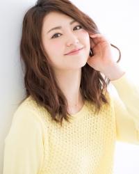 梨己未是日本成熟美女『時裝模特兒・平面廣告模特兒』,這張照片是從她面前拍的,她穿著黃色毛衣,她的身高是171厘米,身材高挑,她的身材十分俏麗。