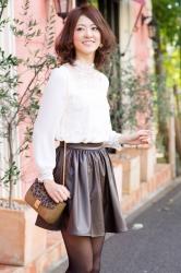 這是『梨己未』全身的照片,她是日籍成熟美女『時裝模特兒・平面廣告模特兒』,她的身高是171厘米,身材高挑,她身穿『白色長袖女襯衫・黑色短裙』,身處時尚小鎮,她的身材十分俏麗。