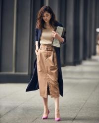 這位日本時裝模特兒,名字叫做『須美里』,她穿著『藍色外套・棕色毛衣・棕色裙子』,她的身高是174厘米,身材高挑,她的身材十分俏麗。