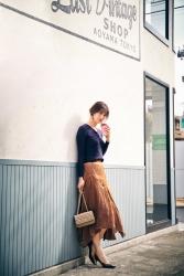 這位日本服裝模特兒,名字叫做『須美里』,她穿著『藍色長袖襯衫・棕色裙子』,她的身高是174厘米,身材高挑,她的身材十分俏麗。