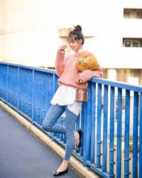 須美里是個高個子的日籍時尚模特兒,她穿著『粉紅色毛衣・白襯衫・牛仔褲・黑色鞋子』,她的身高是174厘米,身材高挑,她的身材十分俏麗。