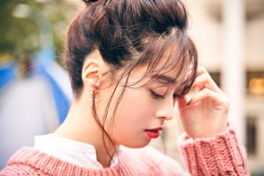 須美里是個高個子的日籍時尚模特兒,她穿著『粉紅色毛衣・白襯衫』,她的身高是174厘米,身材高挑,她的身材十分俏麗。