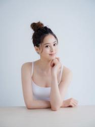 須美里是位高個子的日籍時尚模特兒,這是她的面部照片,她穿著白色吊帶背心,她的身高是174厘米,身材高挑,她的身材十分俏麗。