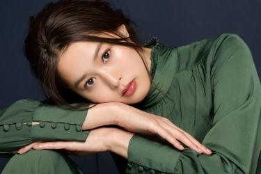 須美里是位高個子的日籍時尚模特兒,這是她的面部照片,她穿著綠色衣服,她的身高是174厘米,身材高挑,她的身材十分俏麗。