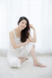 哉子曾是寶塚歌劇團的一員,目前是她在日本『成熟女性時裝模特兒・芭蕾舞教練』,她穿的衣服很單薄,她坐著,她的身高是173厘米,身材高挑,她的身材十分俏麗。