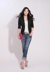哉子曾是寶塚歌劇團的一員,目前是她在日本『成熟女性服裝模特兒・芭蕾舞教練』,她穿著『黑色西裝外套・白色襯衫・牛仔褲』,她的身高是173厘米,身材高挑,她的身材十分俏麗。