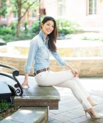 哉子曾是寶塚歌劇團的一員,目前是她在日本『成熟女性服裝模特兒・芭蕾舞教練』,她穿著『淺藍色女襯衫・白色長褲』,她坐在長凳上,她的身高是173厘米,身材高挑,她的身材十分俏麗。