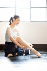 哉子曾是寶塚歌劇團的一員,目前是她在日本『成熟女性服飾模特兒・芭蕾舞教練』,她正在準備芭蕾舞,她以體育坐姿勢坐著,她的身高是173厘米,身材高挑,她的身材十分俏麗。