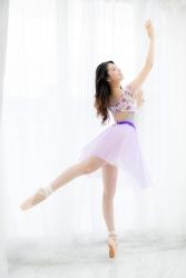 哉子曾是寶塚歌劇團的一員,目前是她在日本『成熟女性服飾模特兒・芭蕾舞教練』,她正在表演芭蕾舞,她的身高是173厘米,身材高挑,她的身材十分俏麗。