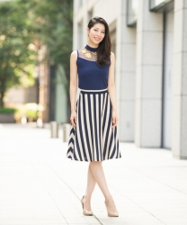 哉子曾是寶塚歌劇團的一員,目前是她在日本『成熟女性服飾模特兒・芭蕾舞教練』,她穿著『藍色半袖女襯衫・黑白條紋裙子』,她的身高是173厘米,身材高挑,她的身材十分俏麗。