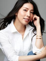 哉子曾是寶塚歌劇團的一員,目前是她在日本『成熟女性時裝模特兒・芭蕾舞教練』,這張照片是模特兒工作中使用的宣傳照片,她穿著『白色女襯衫・牛仔褲』,她的身高是173厘米,身材高挑,她的身材十分俏麗。