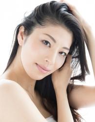 哉子曾是寶塚歌劇團的一員,目前是她在日本『成熟女性時裝模特兒・芭蕾舞教練』,這張照片是她在模特兒工作中使用的宣傳照片,她的身高是173厘米,身材高挑,她的身材十分俏麗。