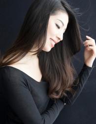 哉子曾是寶塚歌劇團的一員,目前是她在日本『成熟女性時裝模特兒・芭蕾舞教練』,她穿著黑色長袖女襯衫,她的身高是173厘米,身材高挑,她的身材十分俏麗。