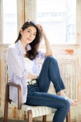 哉子曾是寶塚歌劇團的一員,目前是她在日本『成熟女性時裝模特兒・芭蕾舞教練』,她穿著黑色長袖女襯衫,她穿著『非常淺的紫色女襯衫・牛仔褲』,她正在坐著,她的身高是173厘米,身材高挑,她的身材十分俏麗。