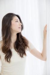 哉子曾是寶塚歌劇團的一員,目前是她在日本『成熟女性時裝模特兒・芭蕾舞教練』,她穿的衣服很單薄,她的身高是173厘米,身材高挑,她的身材十分俏麗。