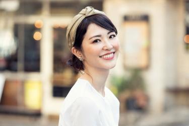 梨己未是日本成熟美女『服裝模特兒・平面廣告模特兒』,她的身高是171厘米,身材高挑,她身穿『白色長袖女襯衫』,身處時尚小鎮,她的身材十分俏麗。