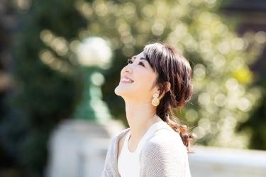 梨己未是日本成熟美女『服飾模特兒・平面廣告模特兒』,她的身高是171厘米,身材高挑,她穿著『淺灰色毛衣・白色短袖女襯衫』,她的身材十分俏麗。