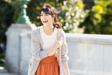 梨己未是日本成熟美女『服飾模特兒・平面廣告模特兒』,她的身高是171厘米,身材高挑,她穿著『淺灰色毛衣・白色短袖女襯衫・橙色裙子』,她的身材十分俏麗。