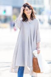 梨己未是日本成熟美女『服飾模特兒・平面廣告模特兒』,她的身高是171厘米,身材高挑,她穿著『灰色長外套・牛仔褲』,她的身材十分俏麗。