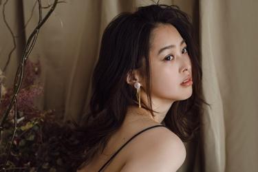 須美里是個高個子的日籍服裝模特兒,這是她的面部照片(從側面拍攝 ),她的身高是174厘米,身材高挑,她的身材十分俏麗。