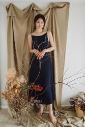 須美里是個高個子的日本時裝模特兒,她穿著藍色連衣裙,她的身高是174厘米,身材高挑,她的身材十分俏麗。