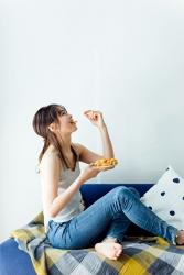 這是穿著藍色衣服的日本服裝模特兒『須美里』,她穿著『灰色吊帶背心・牛仔褲』,她在吃零食,她的身高是174厘米,身材高挑,她的身材十分俏麗。