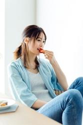 這是穿著藍色衣服的日本服裝模特兒『須美里』,她穿著『淡藍色長袖襯衫・灰色吊帶背心・牛仔褲』,她在吃零食,她的身高是174厘米,身材高挑,她的身材十分俏麗。