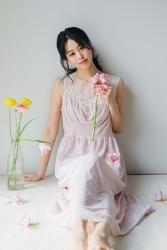 須美里是個高個子的日籍時裝模特兒,她的身高是174厘米,身材高挑,她穿著淺粉色連衣裙,『黃花・粉紅色花』已顯示,她的身材十分俏麗。