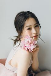 須美里是個高個子的日籍時裝模特兒,她的身高是174厘米,身材高挑,她穿著淺粉色連衣裙,粉紅色花已顯示,她的身材十分俏麗。