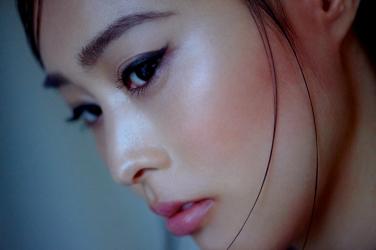 須美里是個高個子的日籍服裝模特兒,這是她的面部照片(從側面拍攝) ,她的身高是174厘米,身材高挑,她的身材十分俏麗。
