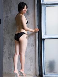 悠羽冴是日本漂亮可愛年輕『泳裝偶像・女演員』,穿著黑色比基尼泳衣,她站在房子走廊上。