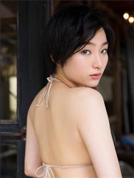 悠羽冴是日本漂亮可愛年輕『平面寫真偶像・女演員』,穿著黑色比基尼泳衣,她顯示她的背影 。