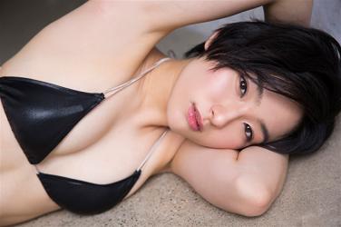 悠羽冴是日本漂亮可愛年輕『泳裝偶像・女演員』,穿著黑色比基尼泳衣,她躺在走廊上。