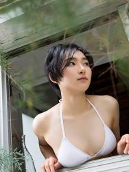 悠羽冴是日籍美麗可愛年輕『比基尼泳裝模特兒・女演員』,穿著白色比基尼泳衣,她透過窗戶遙望著風景。