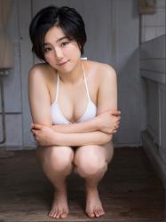 悠羽冴是日籍美麗可愛年輕『三點式泳裝模特兒・女演員』,穿著白色比基尼泳衣,她蹲著。