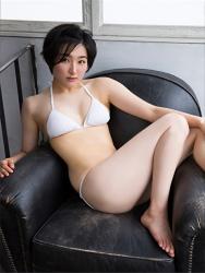 悠羽冴是日籍美麗可愛年輕『泳裝偶像・女演員』,穿著白色比基尼泳衣,坐在黑色沙發上。