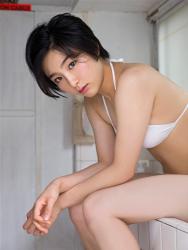 悠羽冴是日籍美麗可愛年輕『泳裝偶像・女演員』,穿著白色比基尼泳衣,她坐著。