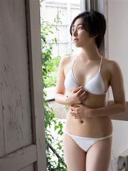 悠羽冴是日籍美麗可愛年輕『泳裝偶像・女演員』,穿著白色比基尼泳衣,她站著。