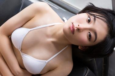 悠羽冴是日籍美麗可愛年輕『凹版偶像・女演員』,她躺在黑色沙發上。